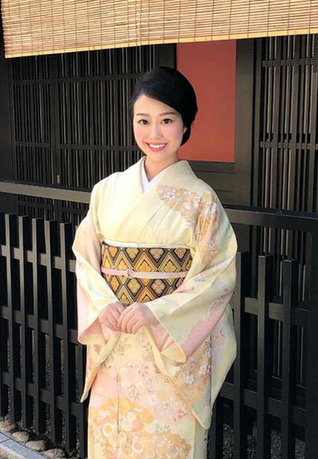 この度は、『京のキモノお直し屋さん』をご覧頂き誠にありがとうございます。 この度『京のキモノお直し屋さん』のアンバサダーを務めさせて頂く事になりました。 京都で和装プロデュースをしております入柿友香でございます。 日々の和装を広めていく活動の中で、よく聞く声が着物のメンテナンス 《丸洗い(クリーニング)、シミ取り・汚れ取り、染め替え、洗い張り》についてです。 おばあさま・お母さまが、娘さん・孫さんに自分の着物を譲りたいが、シミがあったり・色が派手であったり また、今、増えている若い着物ユーザーからは、丸洗い(クリーニング)に出したいけど、システムが分かりづらい等です。 和装プロデュースの立場から、業者の方を紹介はできても、分かりづらいシステムそのものを変える事はできないと思っていたところ この度『京のキモノお直し屋さん』が、私の話に賛同いただき、皆さまの声を全て取り入れた。 全く新しい、【きものお直しのシステム】をつくっていただく事ができました。 和装普及につながるよう、アンバサダーとして、日々努めていきたいと思っております。 今後とも、宜しくお願い致します。